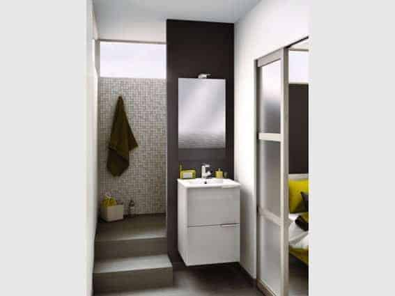 petite salle de bain douche à l'italienne escalier et cloison