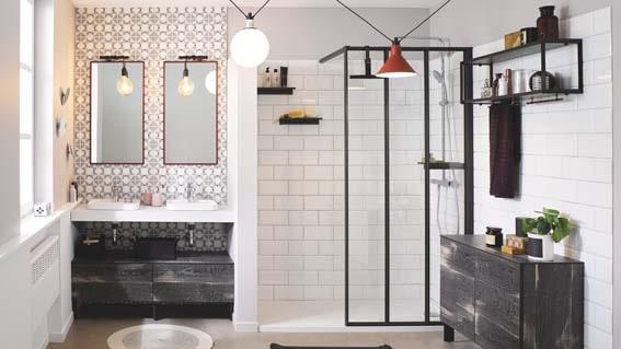 salle de bain Cuisinella carrelage blanc et verrière carreaux ciment