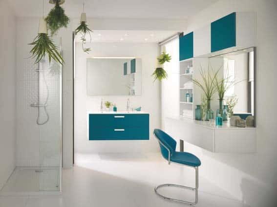 salle de bain Schmidt bleu blanc plantes vertes