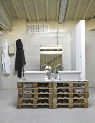 salle de bain blanche industrielle palettes en bois