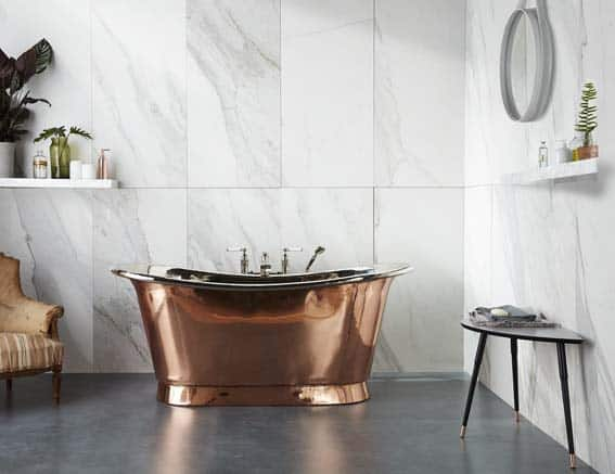 salle de bain blanc cuivre marbre