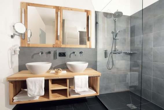salle de bain en bois gris et bois
