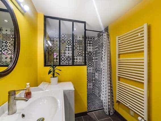 salle de bain noire et jaune vif