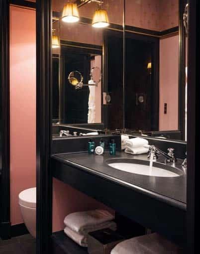 salle de bain noire et rose